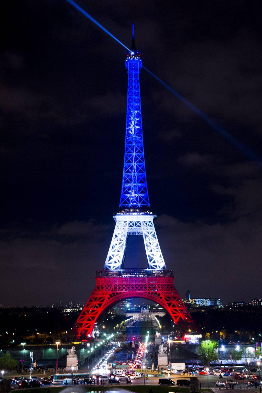 Eiffelturm beleuchtet in den französischen Nationalfarben Blau Weiß Rot  - 16/11/2015 JBAutissier/Panoramic PUBLICATIONxNOTxINxFRAxITAxBELEiffel Tower illuminated in the French National colours Blue white Red 16 11 2015 JBAutissier Panoramic PUBLICATIONxNOTxINxFRAxITAxBEL