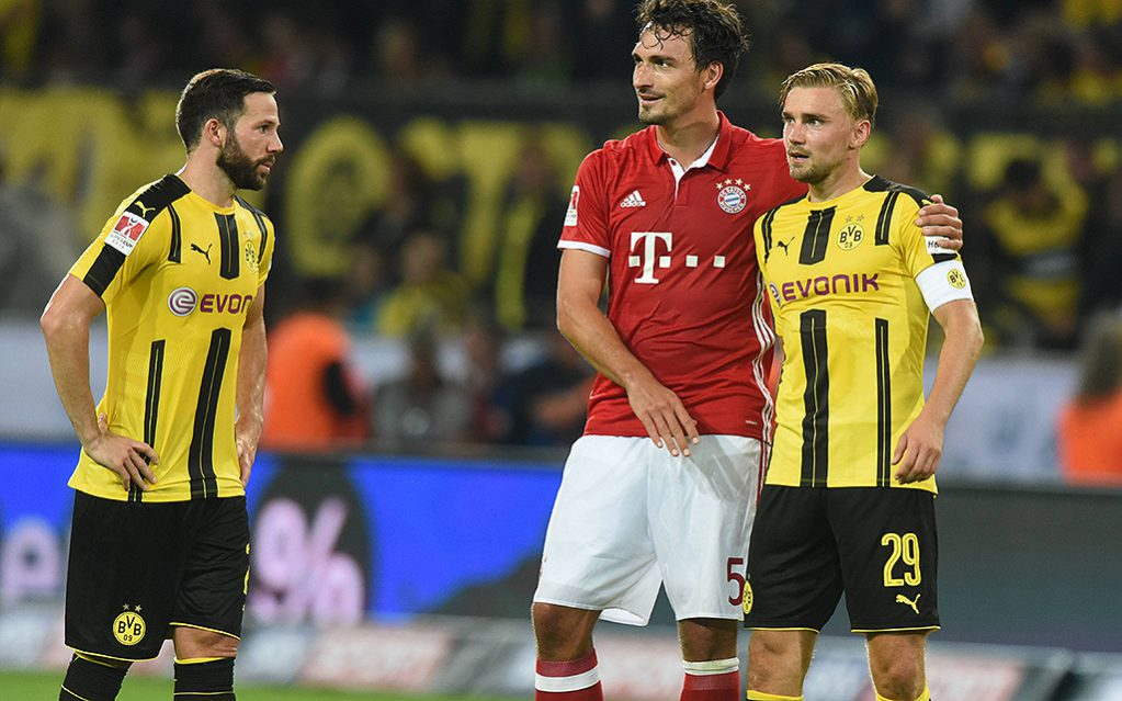 Supercup: Borussia Dortmund - FC Bayern M¸nchen 14.08.2016. Mats Hummels (FCB) mit seinen ehemaligen Mitspielern Gonzalo Castro (li.) und Marcel Schmelzer (beide BvB). HMSupercup Borussia Dortmund FC Bavaria Munich 14 08 2016 Mats Hummels FCB with his former Players Gonzalo Castro left and Marcel Schmelzer both Borussia HM