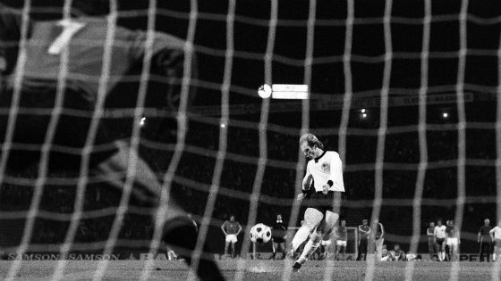 EM 1976 - Uli Hoeneß schiesst seinen Elfmeter in den Belgrader Nachthimmel