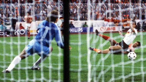 EM 1988 Im Halbfinale Deutschland gegen Niederlande entscheidet Mittelstürmer Marco van Basten die Partie in der 88. Minute mit dem 2-1.