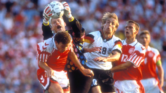 "EM 1992 - Dänemarkt ""Danish Dynamite"" wird Europameister. Peter Schmeichel fischt den Ball vor Jürgen Klinsmann weg."
