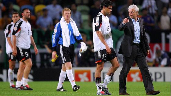 EM 2004 - Bittere Entäuschung bei Miroslav Klose, Jens Nowotny, Oliver Kahn, Michael Ballack und Rudi Völler nach dem Vorrundenaus