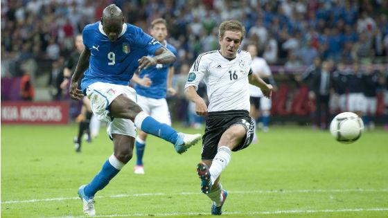 EM 2012 - Halfinale Deutschland gegen Italien. Philipp Lahm kommt beim Treffer von Balotelli einen Schritt zu spät