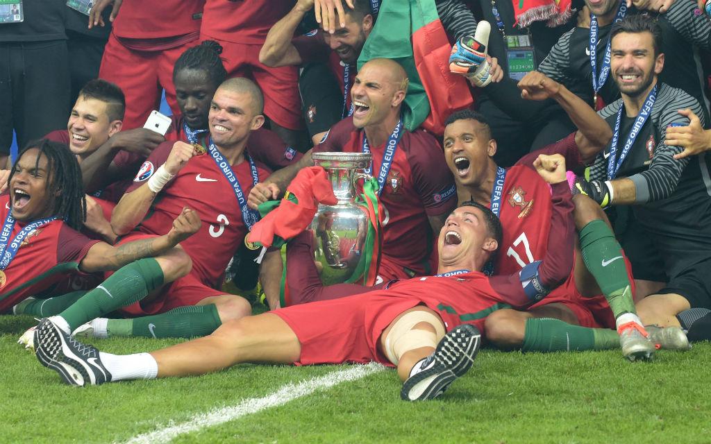EM 2016 - Die Spieler von Portugal bei Siegerfoto mit Pokal. Cristiano Ronaldo CR7 (POR) liegt flach auf dem Rücken, rechts hinter ihm Nani (POR), links daneben Ricardo Quaresma (POR) und Pepe (POR). EM-Finale Portugal (POR) - Frankreich (FRA) 1:0 n.Verl., in Paris, am 10.07.2016