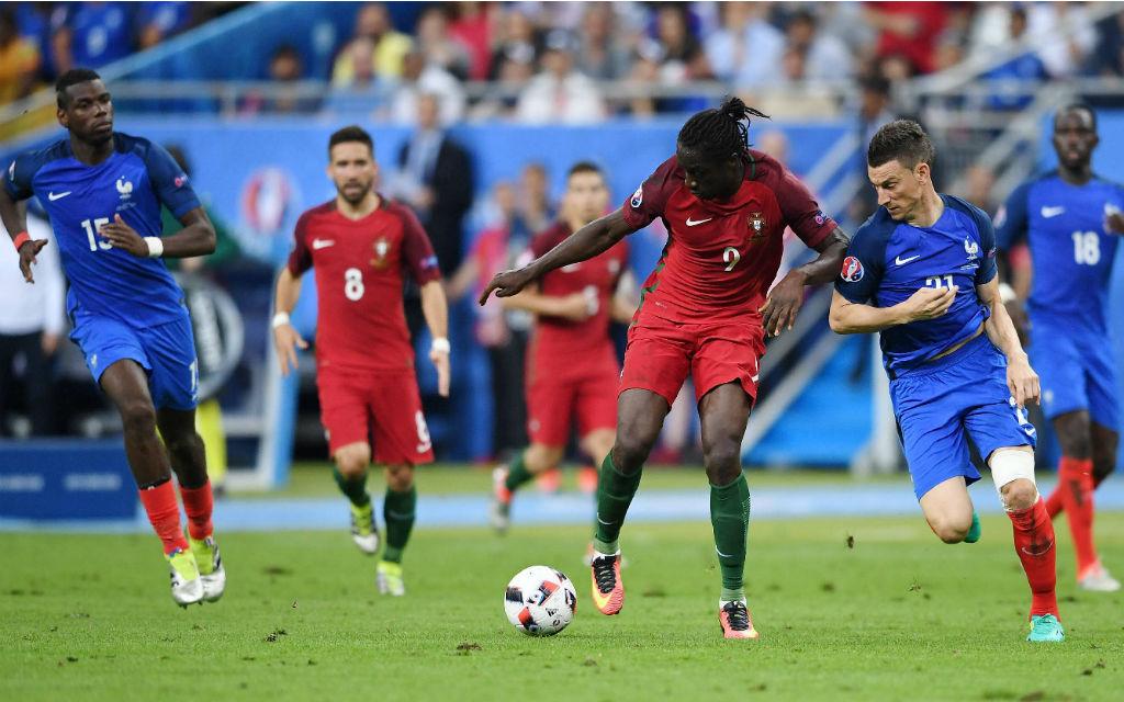 Endspiel der EM 2016 Portugal gegen Frankreich - Eder (Portugal) auf dem Weg vorbei an Laurent Koscielny (Frankreich) zum spielentscheidenden 1-0 für Portugal. Statist im Hintergrund: Paul Pogba