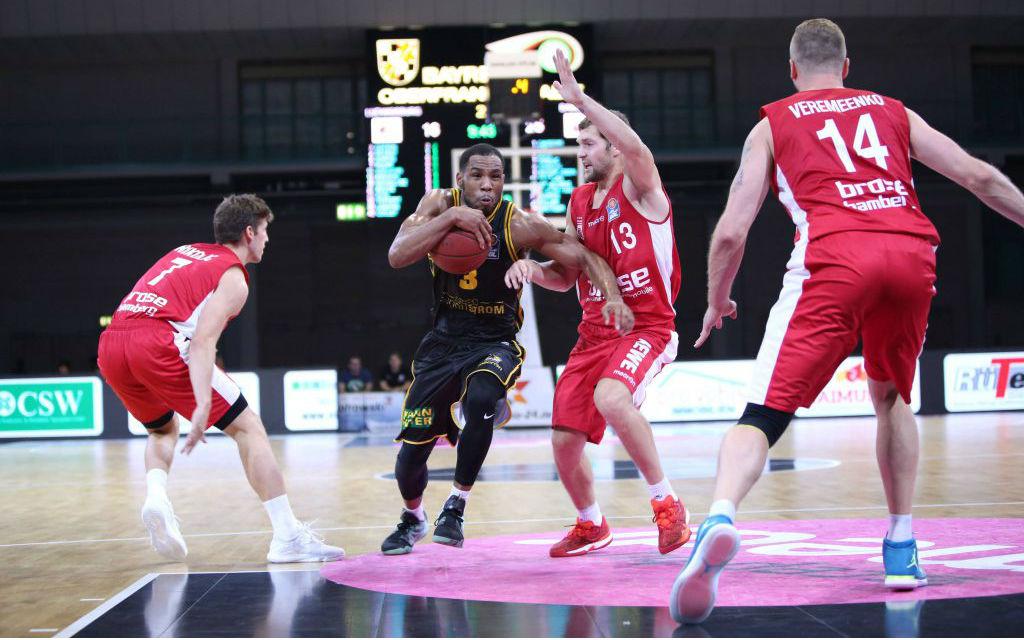 Tekele Cotton (3) MHP Riesen Ludwigsburg; Janis Strelnieks (13) Brose Baskets Bamberg