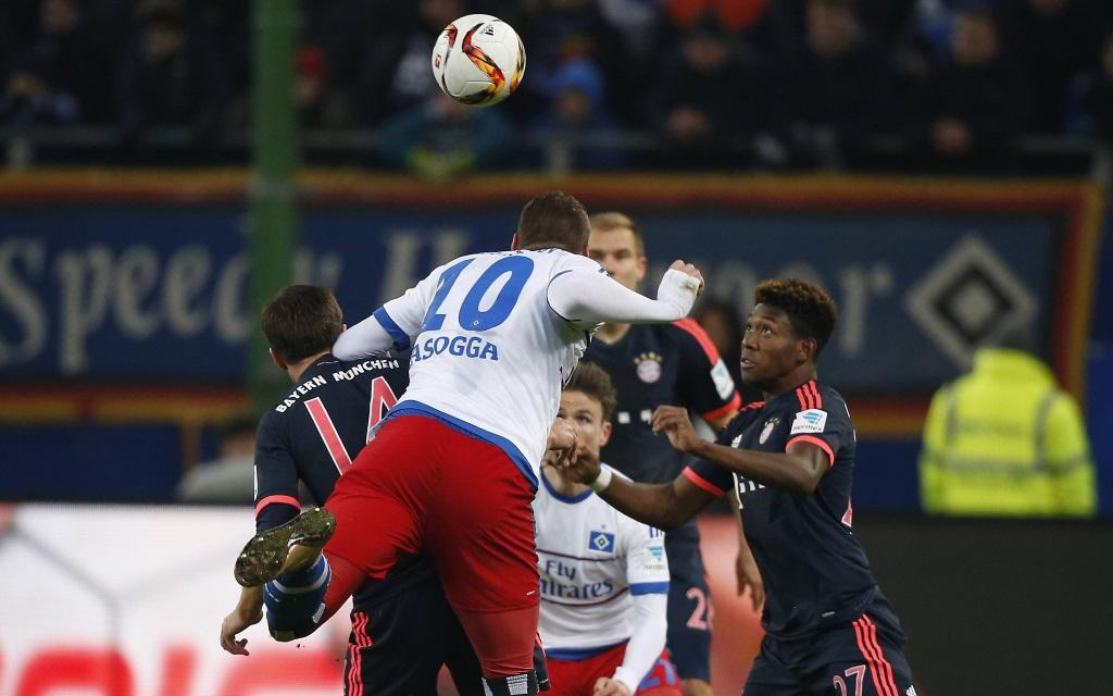 Pierre Lasogga mit David Alaba im Spiel der Bundesliga-Rückrunde 2015/16 im Spiel des FC Bayern München gegen den Hamburger SV