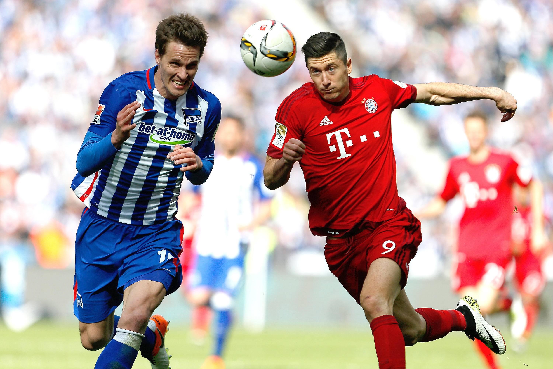 Berlin, 23. April 2016 - Fußball, 1. Bundesliga 2015/16, Hertha BSC - FC Bayern München: Sebastian Langkamp (Hertha BSC, 15), Robert Lewandowski (FC Bayern München, 9)