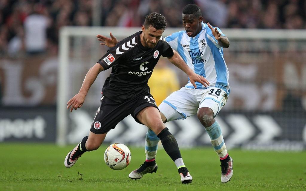 FC St. Pauli gegen den TSV 1860 München am Millerntor in Hamburg. Enis Alushi gegen Romalu Lacazette am 29.04.2016 in der 2.Bundesliga