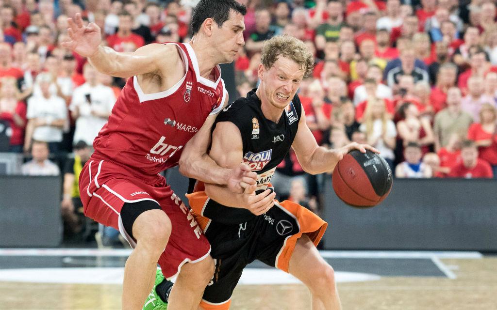 Per Guenther (6) Ratiopharm Ulm im Zweikampf mit Nikolaos Zisis (6) Brose Baskets Bamberg