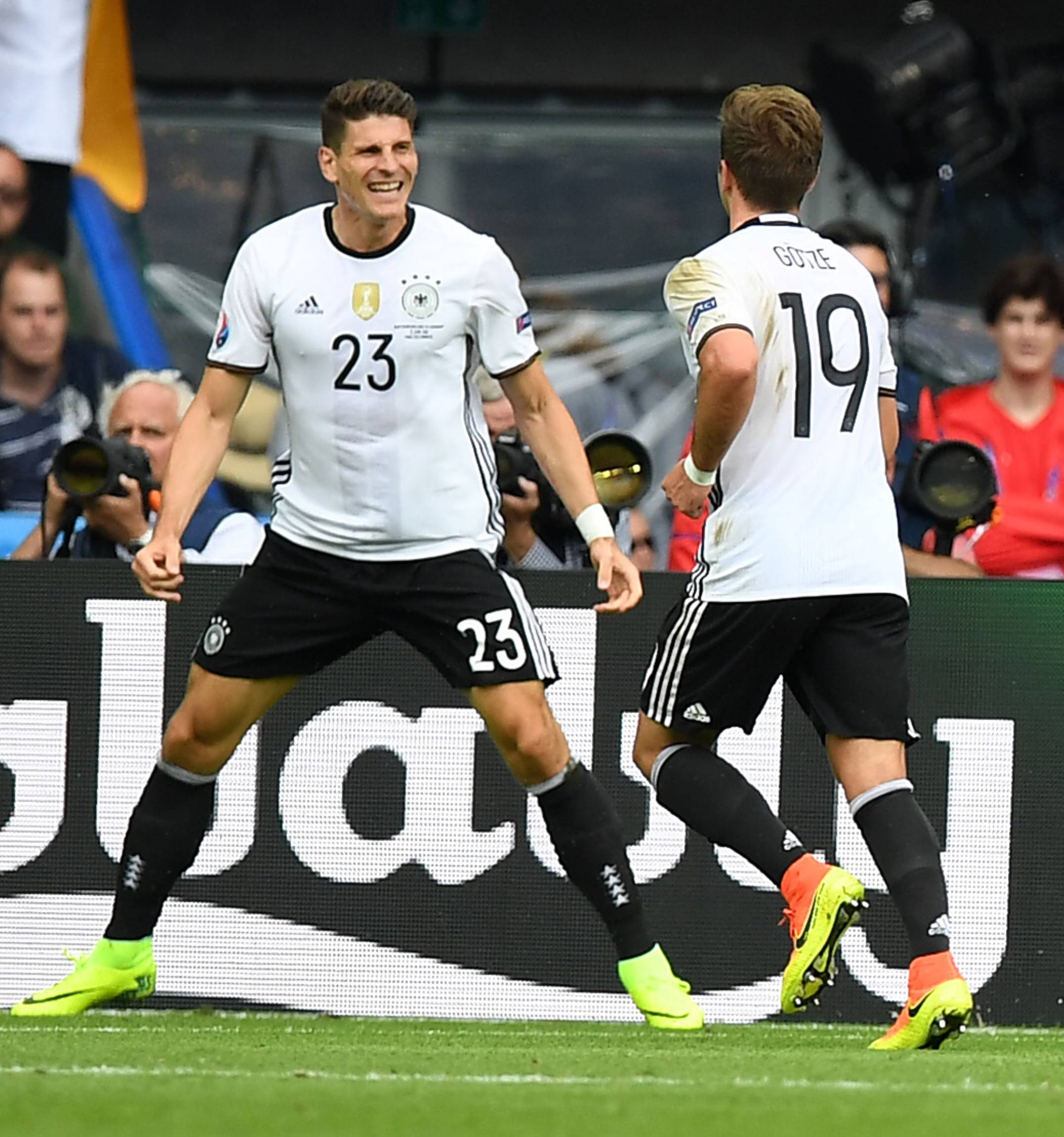 Mario Gomez(Deutschland), jubelt nach seinem Tor zum 0:1, rechts Mario Götze (Deutschland), Nordirland-Deutschland Northern Ireland Final Tournament, Group C , Vorrunde, Gruppe C UEFA EURO EM Europameisterschaft Fussball 2016 France, EM, Europameisterschaft Fussball, Fussball, Fußball, Nationalteam, Nationalmannschaft, men, Maenner, soccer, result Paris, 21.6.2016Mario Gomez Germany cheering After his goal to 0 1 right Mario Götze Germany Northern Ireland Germany Northern Ireland Final Tournament Group C Fight Group C UEFA Euro euro European Championship Football 2016 France euro European Championship Football Football Football National team national team Men Men Soccer Result Paris 21 6 2016