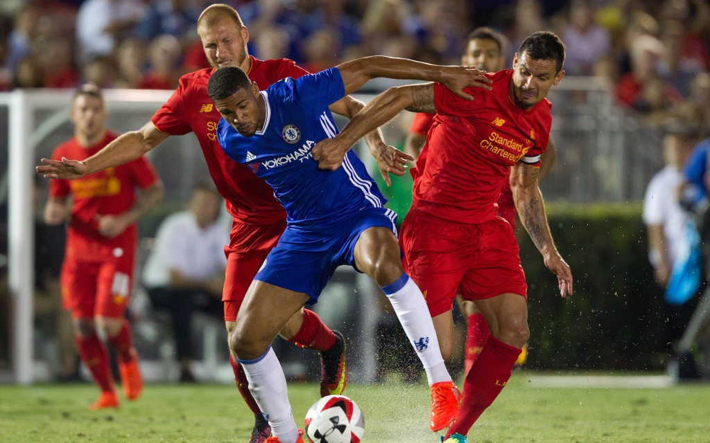 Dejan Lovren und Ragnar Klavan im Spiel zwischen dem FC Chelsea und dem FC Liverpool beim ICC im Rose Bowl in Pasadena