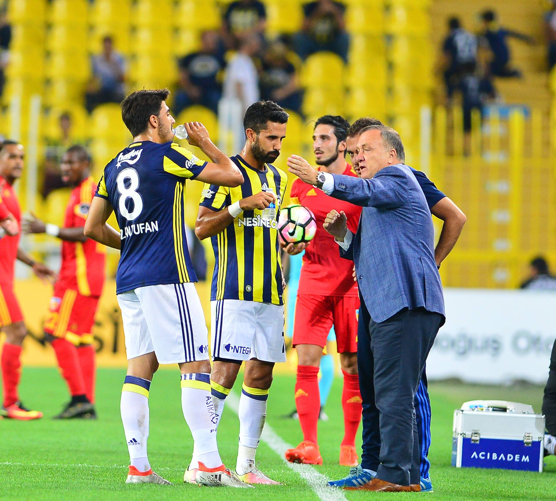 Turkey superlig match between Fenerbahce and Kayserispor at Ulker Stadium in Istanbul , Turkey , August 28 , 2016. Pictured: Coach Dick Advocaat , Ozan Tufan and Alper Potuk of Fenerbahce . PUBLICATIONxNOTxINxTURTurkey Superlig Match between Fenerbahce and Kayserispor AT Ulker Stage in Istanbul Turkey August 28 2016 Pictured Coach Thick Advocaat Ozan Tufan and Alper Potuk of Fenerbahce PUBLICATIONxNOTxINxTUR