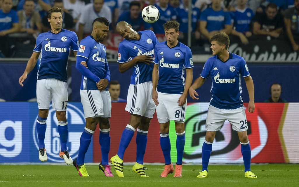 Benjamin Stambouli (Schalke), Eric Maxim Choupo-Moting (Schalke), Naldo (Schalke), Leon Goretzka (Schalke) und Klaas-Jan Huntelaar (Schalke) bilden beim Freistoos die Mauer während dem Fußball Bundesliga Spiel Schalke 04 gegen FC Bayern München am 2. Spieltag der Saison 2016/17 in der Veltins Arena am 09. September 2016 in Gelsenkirchen.