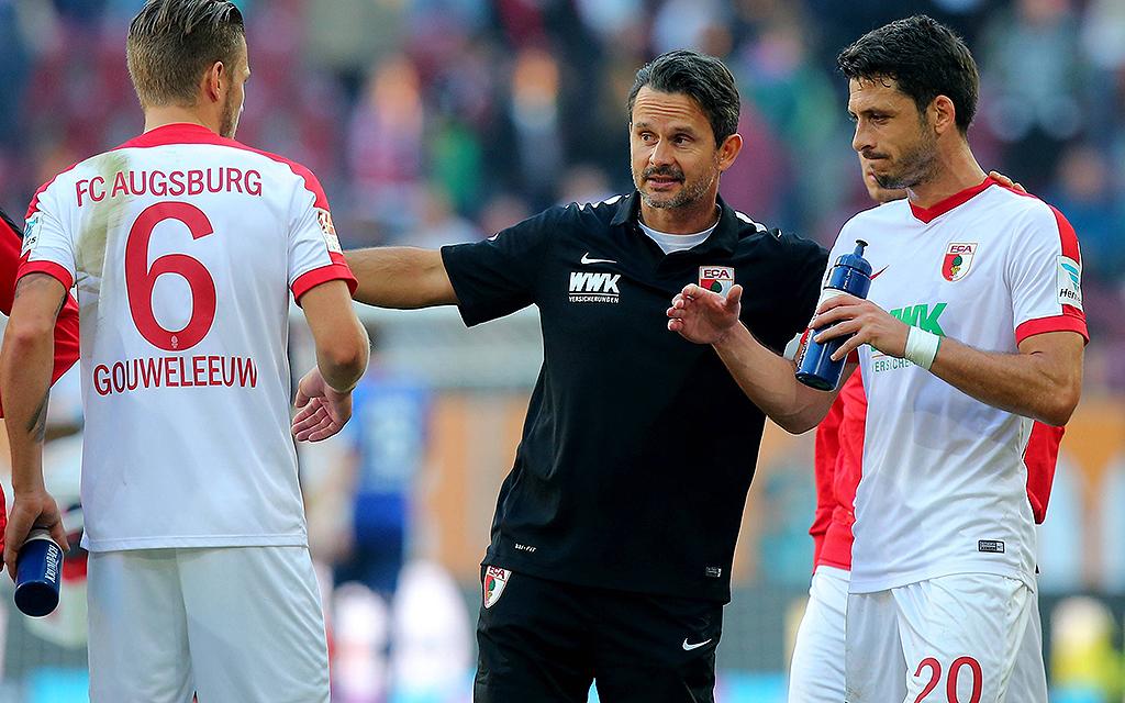 Jeffrey Gouweleeuw (6), Dirk Schuster (Trainer), Gojko Kacar (20) alle FC Augsburg.