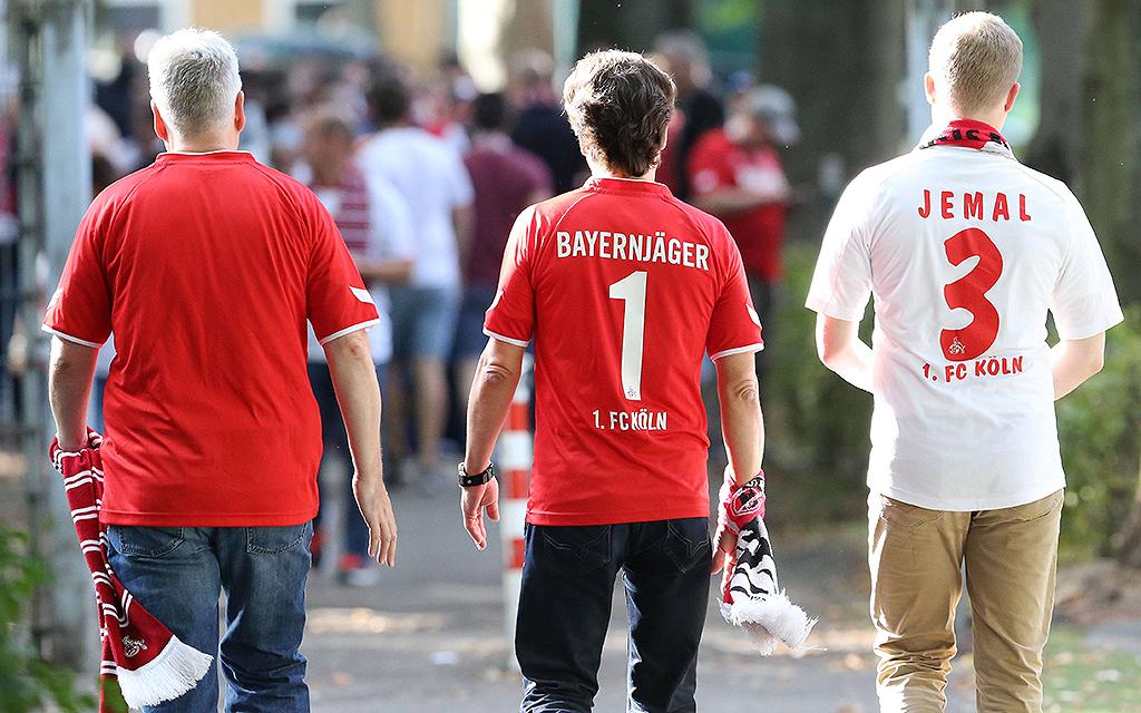 Fans des 1 FC Köln auf dem Weg ins Stadion 1 FC Koeln RB Leipzig