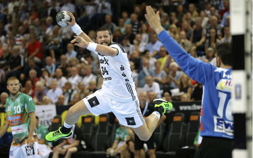 Torwurf von Ilija Brozovic Kiel gegen Primoz Prost Handball Herren am 14.09.2016