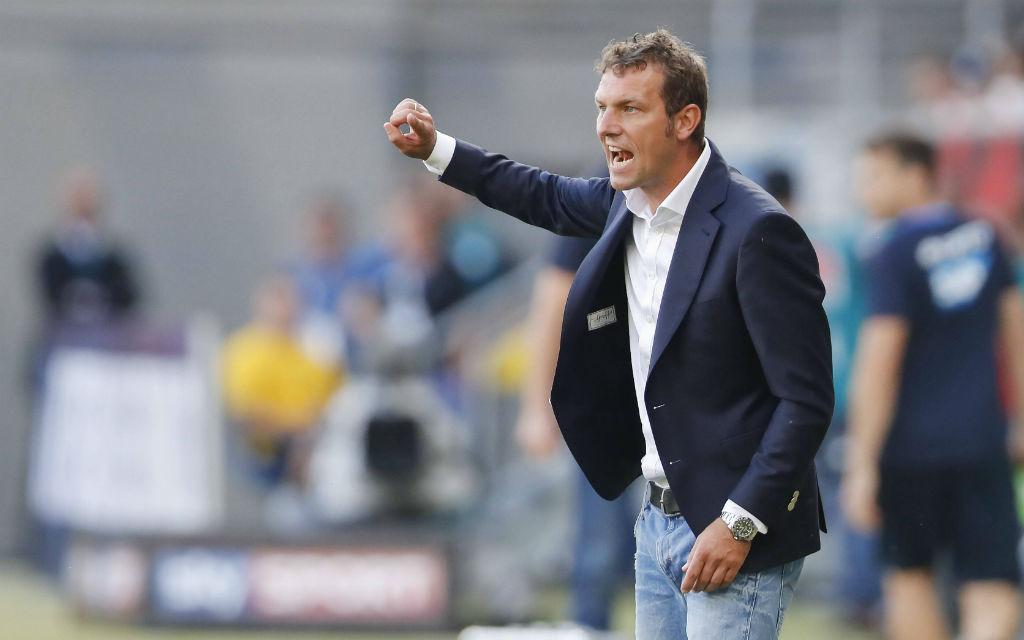 Markus Weinzierl (Trainer FC Schalke 04) gestikuliert und gibt Anweisungen.