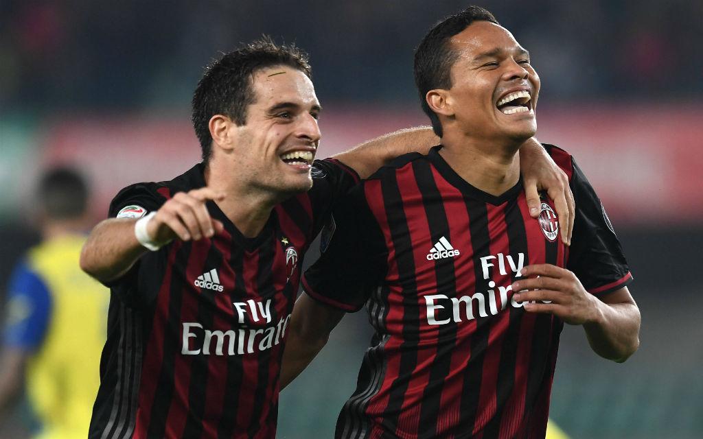 Giacomo Bonaventura und Carlos Bacca feiern einen Treffer des AC Milan