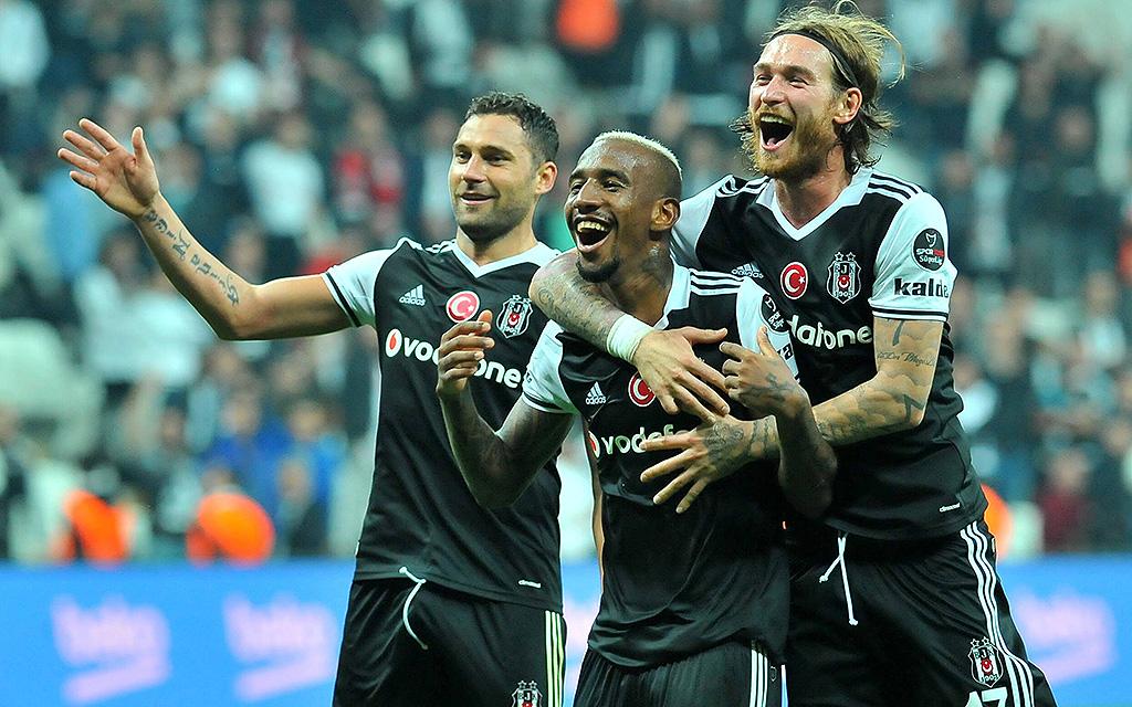Anderson Talisca (Besiktas Istanbul) feiert sein Tor im Süper Lig-Spiel gegen Antalyaspor