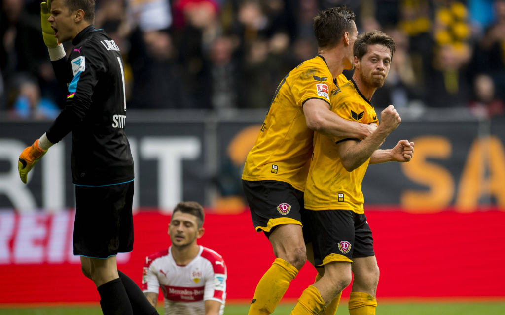 Lambertz und Kutschke (beide Dynamo Dresden) feiern einen Treffer beim 5:0-Sieg über den VfB Stuttgart