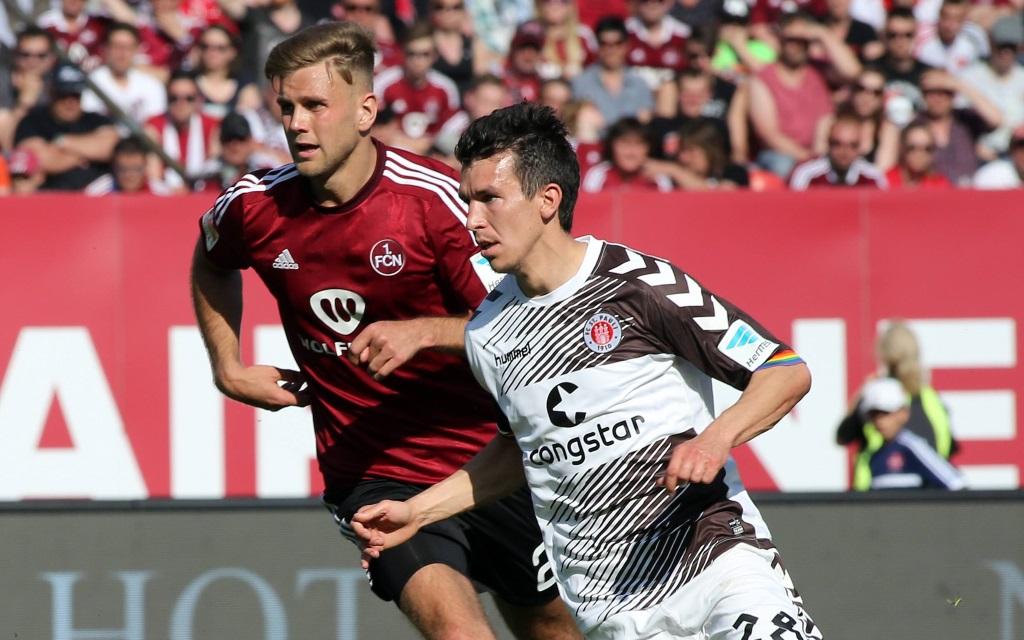 Waldemar Sobota vom FC St. Pauli im Zweikampf mit Nicklas Füllkrug vom 1.FC Nürnberg in der Saison 2015/16