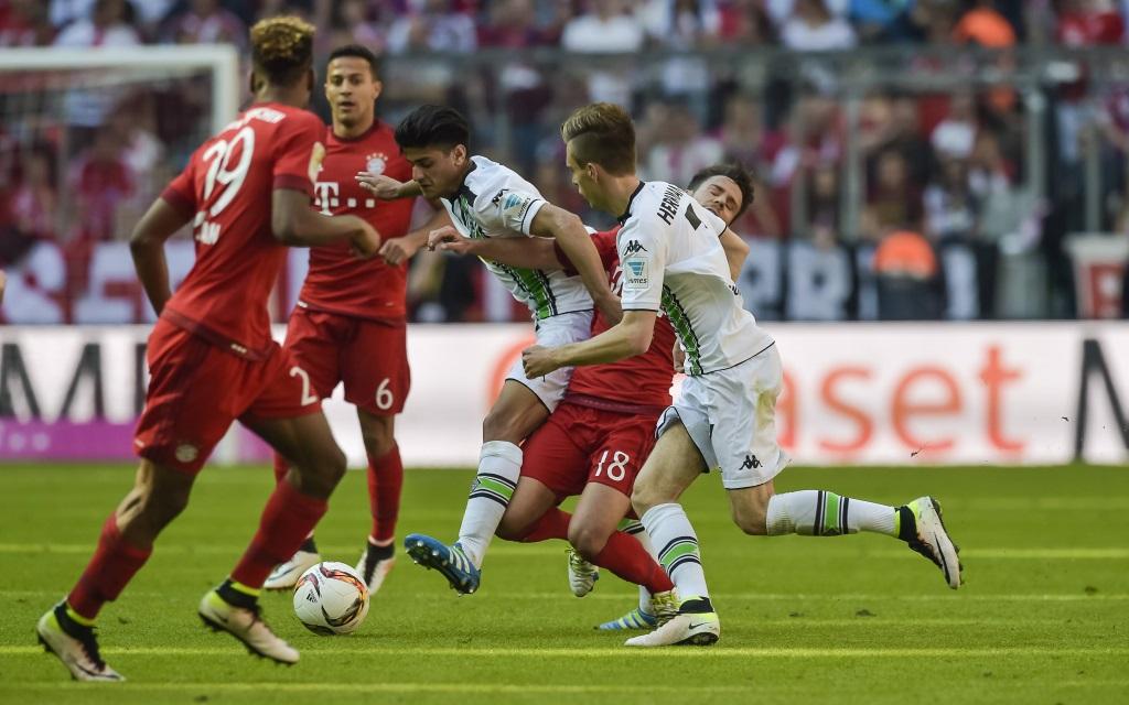 Patrick Herrmann und Mahmoud Dahoud nehmen Juan Bernat in die Zange während dem Bundesligaspiel zwischen Bayern München und Borussia Mönchengladbach am 32. Spieltag der Saison 2015/16