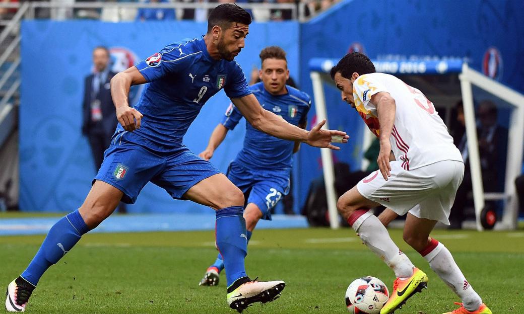 Hier schirmt der Spanier Busquets den Ball gegen den Italiener Busquets ab, doch Italien gewinnt am Ende das EM-Achtelfinale 2:0