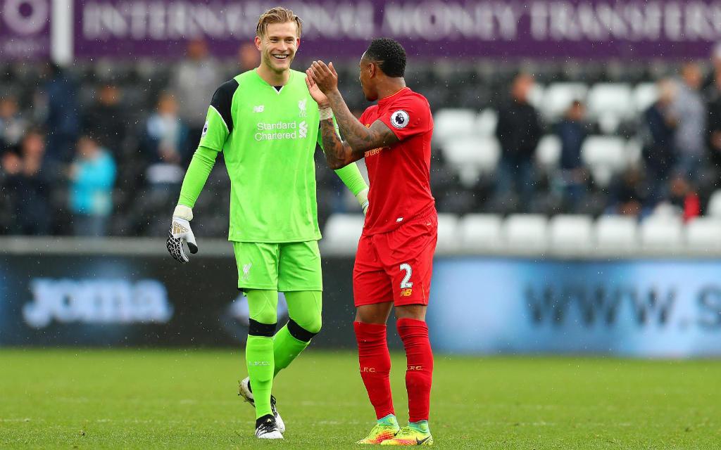 Gut grinsen hatten Keeper Lorius Karius und sein Liverpooler Mannschaftskollege Nathaniel Clyne nach dem 2:1-Erfolg in Swansea.