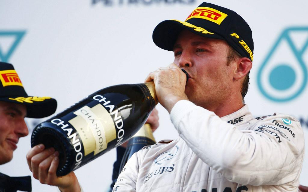 Nico Rosberg nimmt einen Schluck aus der Chandon-Pulle