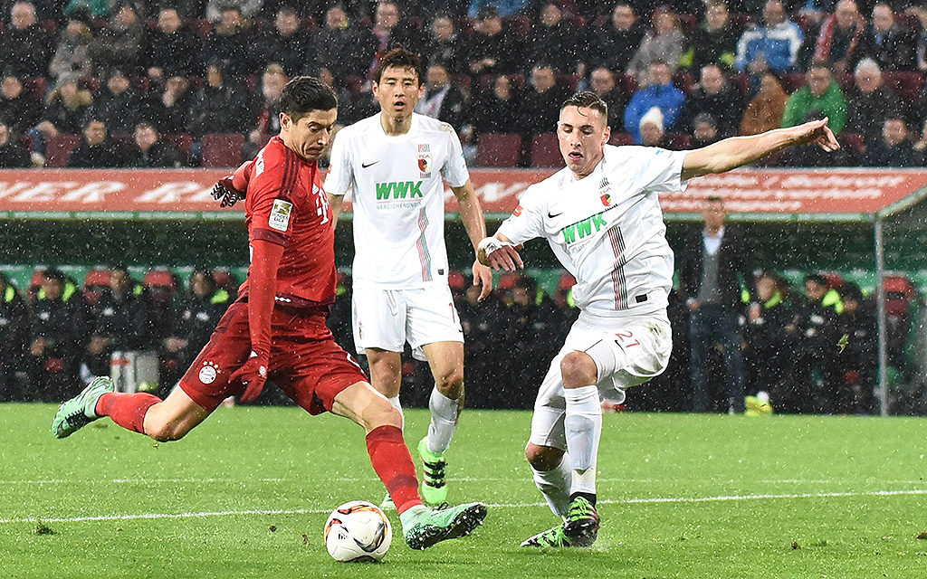 FC Augsburg - FC Bayern München (Bundesliga): v.l. Robert Lewandowski (FC Bayern München), Ja-Cheol Koo (FC Augsburg), Dominik Kohr (FC Augsburg), Tor durch Lewandowski zum 0:1