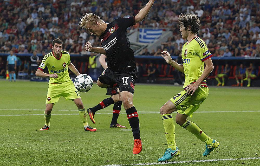 Leverkusens Joel Pohjanpalo erreicht vor Mario Fernandes (ZSKA) den Ball. UCL, 1. Spieltag Bayer Leverkusen -ZSKA Moskau 2-2 am 14.09.2016 in der Bay - Arena.