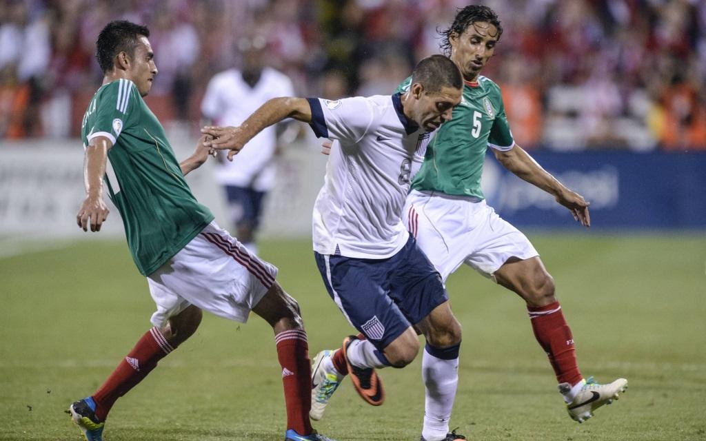 Clint Dempsey im Zweikampf im Spiel zwischen den USA und Mexiko während der Qualifikation zur WM 2014