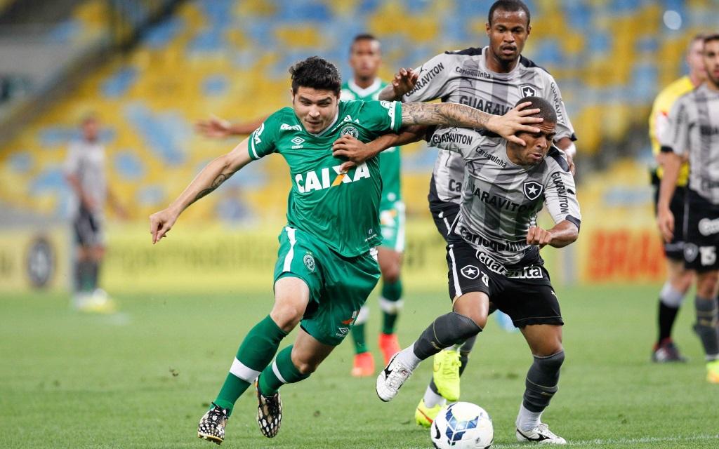 Junior Cesar und Zezinho im Zweikampf im Ligaspiel zwischen Chapecoense und Botafogo