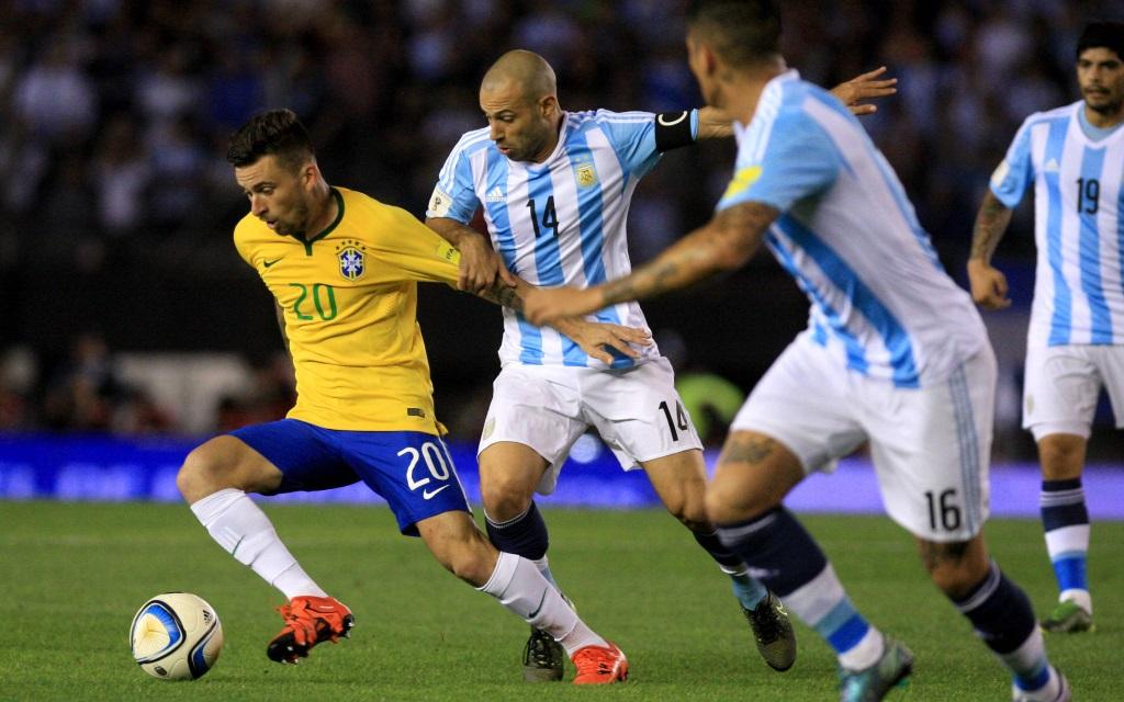 Lucas Lima im Zweikampf mit Javier Mascherano in der WM-Quali 2018 zwischen Argentinien und Brasilien