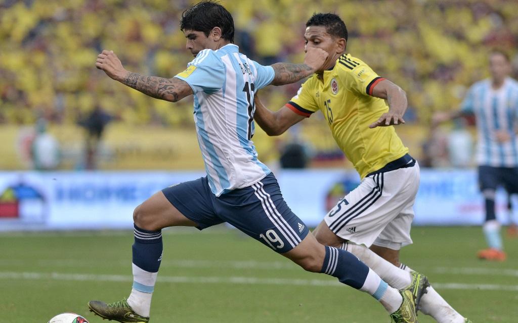 Ever Banega führt den Ball im Spiel zwischen Argentinien und Kolumbien