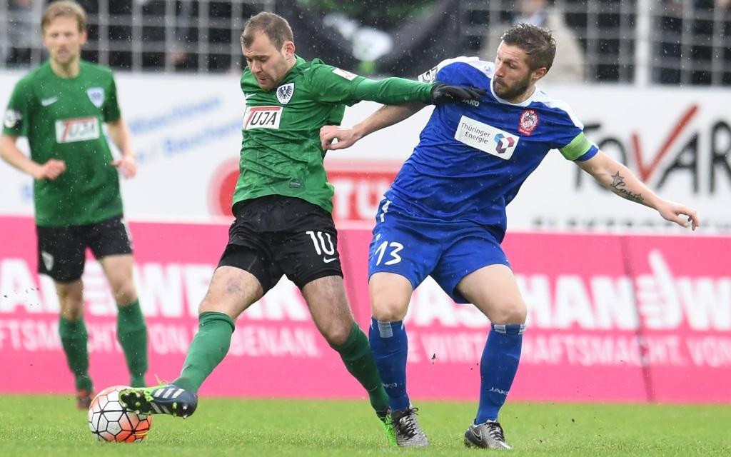 Amaury Bischoff im Zweikampf mit Sebastian Tyrala im Spiel zwischen Preußen Münster und Rot-Weiß Erfurt am 23. Spieltag der Saison 2015/16