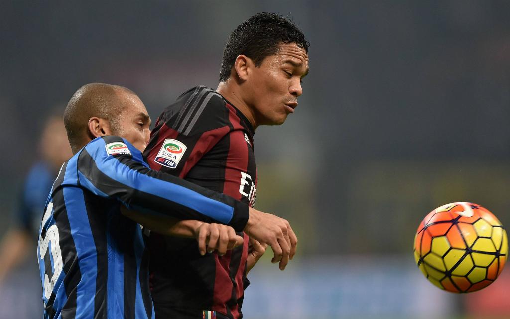Imago: Ihn müssen Felipe Melo (l.) und die Inter-Defensive stoppen: AC-Stürmer Carlos Bacca (r.)