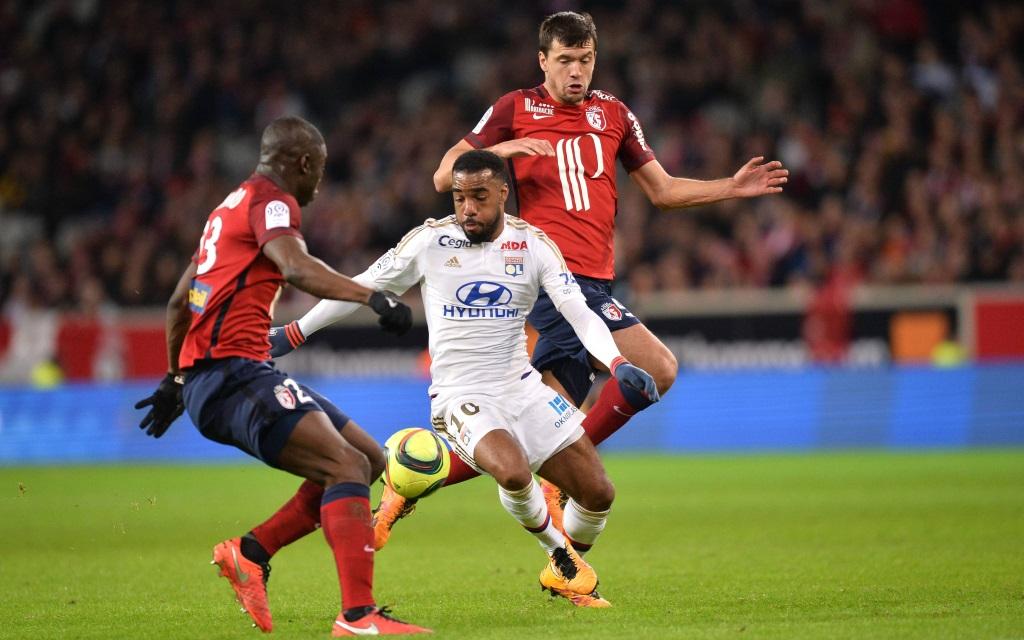 Alexandre Lacazette und Renato Civelli im Zweikampf im Ligaspiel zwischen Olympique Lyon und OSC Lille