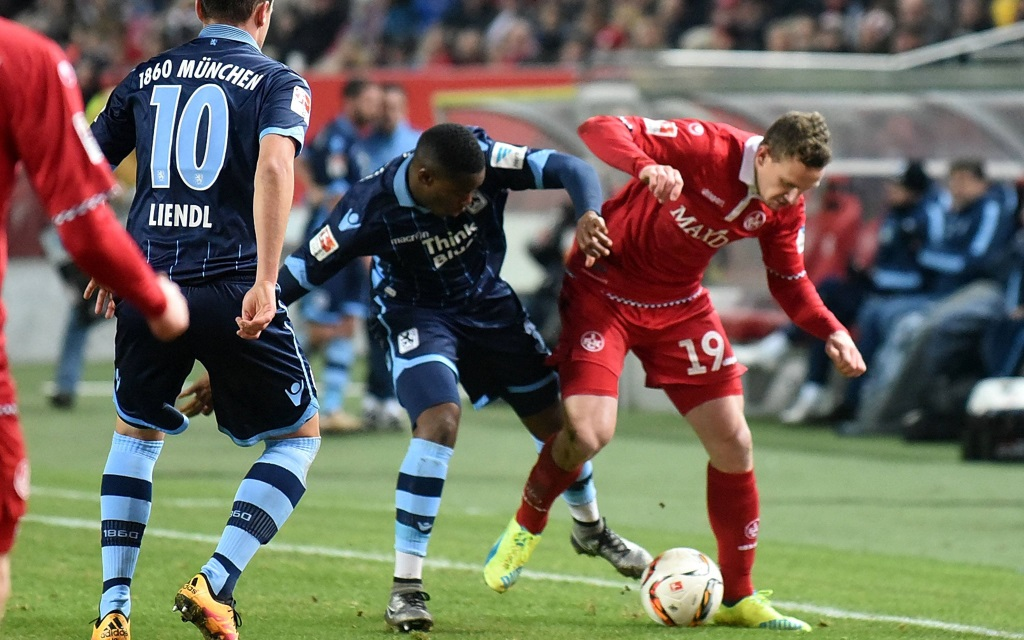 Zweikampf zwischen Romalu Lacazette und Marcel Gaus im Spiel der 2. Bundesliga zwischen Kaiserslautern und 1860 München am 24. Spieltag der Saison 2015/16
