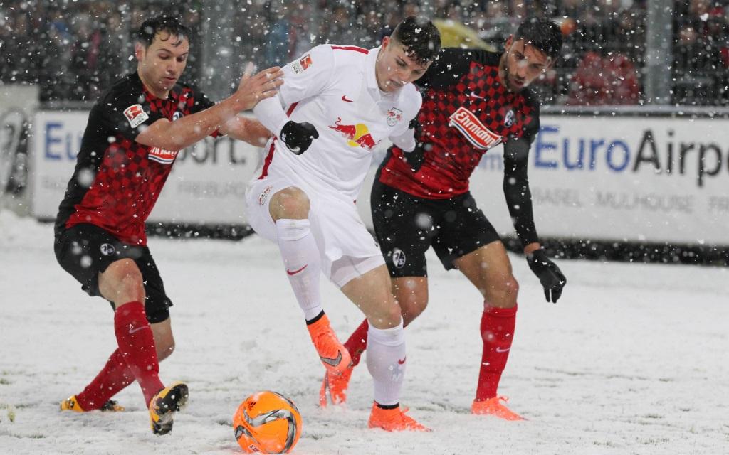 Nicolas Höfler und Vincenzo Grifo gegen Marcel Sabitzer im Spiel der 2. Bundesliga am 25. Spieltag der Saison 2015/16 zwischen Freiburg und Leipzig