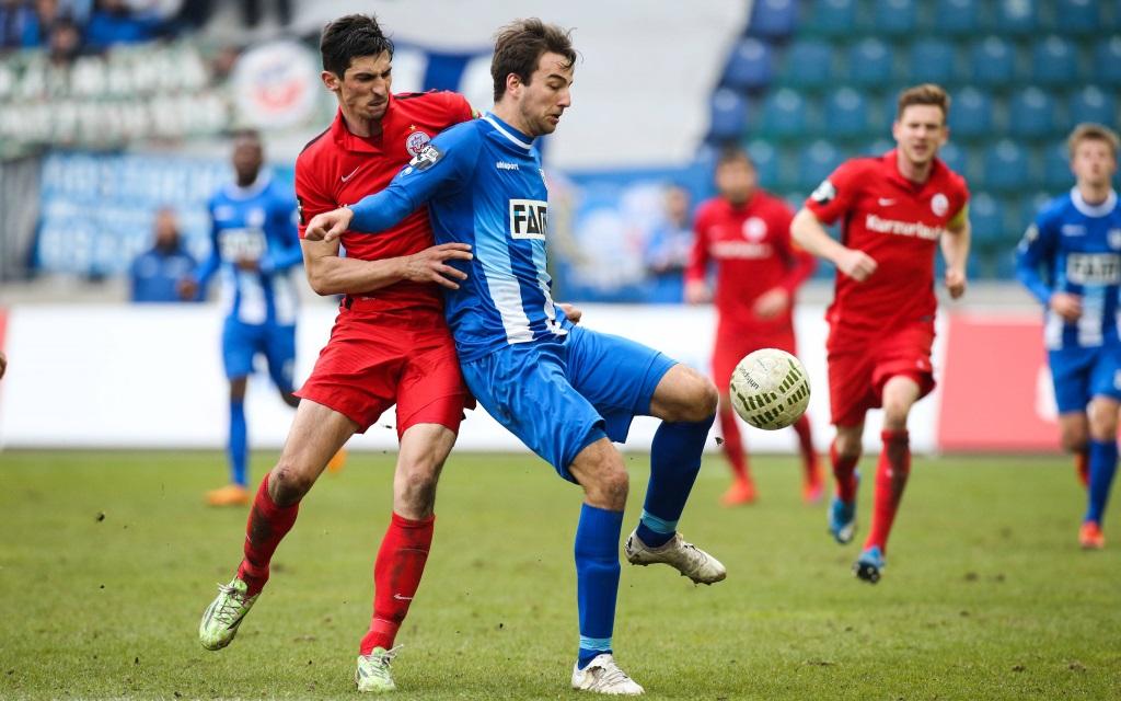 Zweikampf zwischen Christian Beck und Marco Kofler im Spiel der 3. Liga zwischen dem 1.FC Magdeburg und Hansa Rostock in der Saison 2015/16