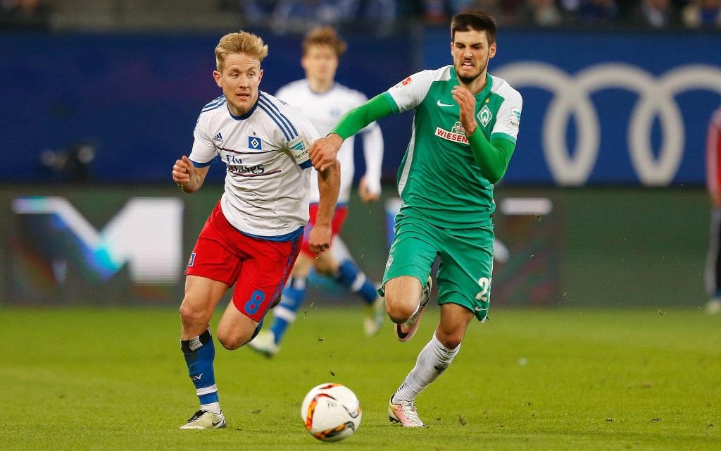 Lewis Holtby und Florian Grilitsch im Zweikampf im Spiel zwischen dem HSV und Werder in der Saison 2015/16