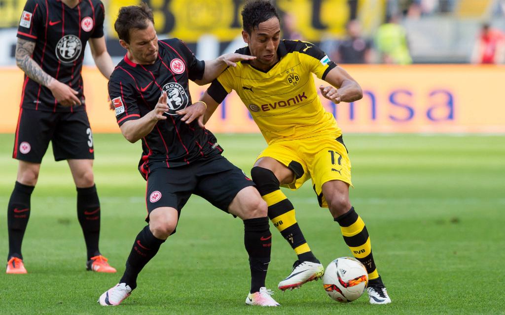 Huszti (Eintracht Frankfurt) und Dortmunds Aubameyang kämpfen um den Ball.