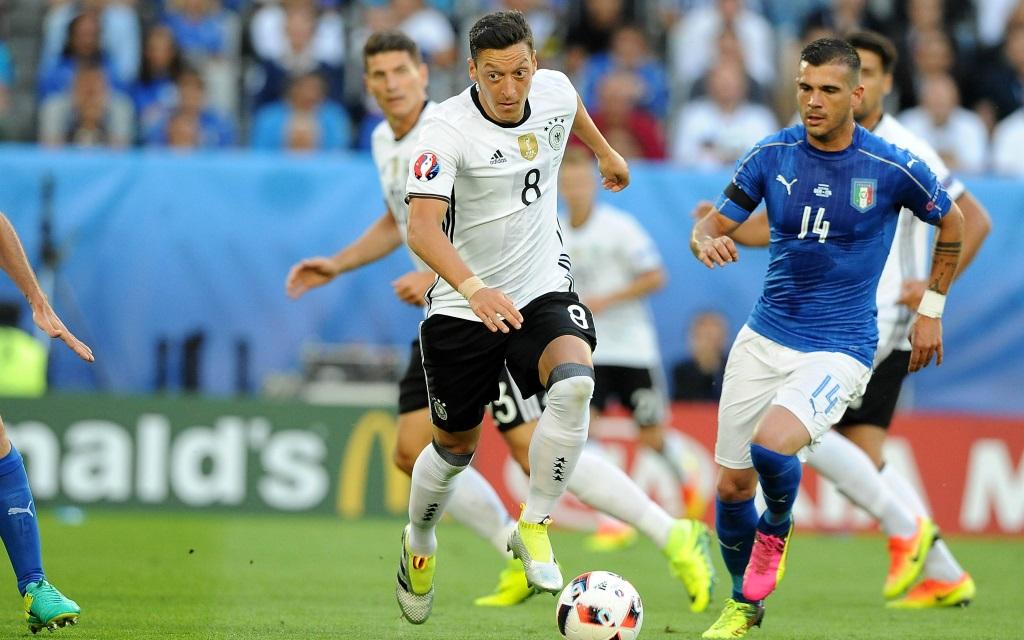 Mesut Özil im Spiel zwischen Italien und Deutschland bei der Europameisterschaft 2016 in Frankreich im Viertelfinale