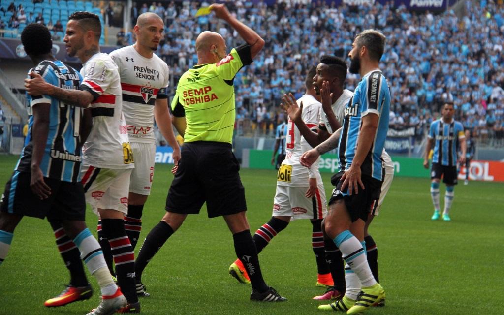 Rudelbildung beim Spiel zwischen Gremio und Sao Paulo am 16. Spieltag der brasilianischen Meisterschaft in Porto Alegre