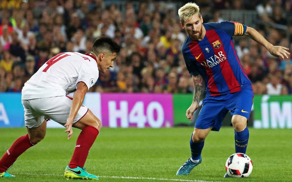 Sevillas Matias Kranevitter versucht, Barcelonas Lionel Messi zu stoppen.