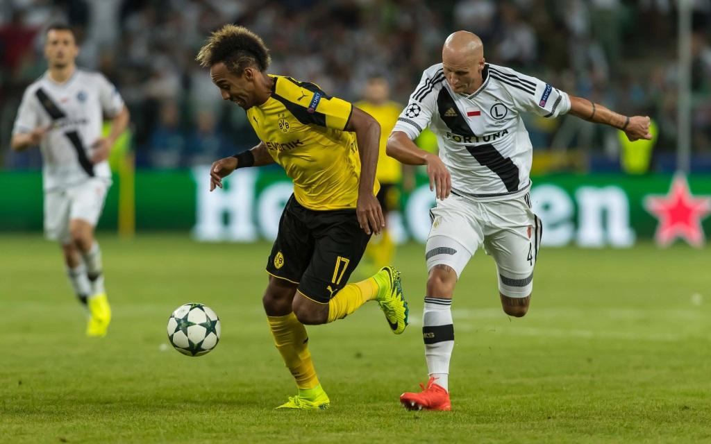 Pierre-Emerick Aubameyang im Zweikampf mit Jakub Czerwinski im Champions-League-Spiel zwischen Warschau und Dortmund