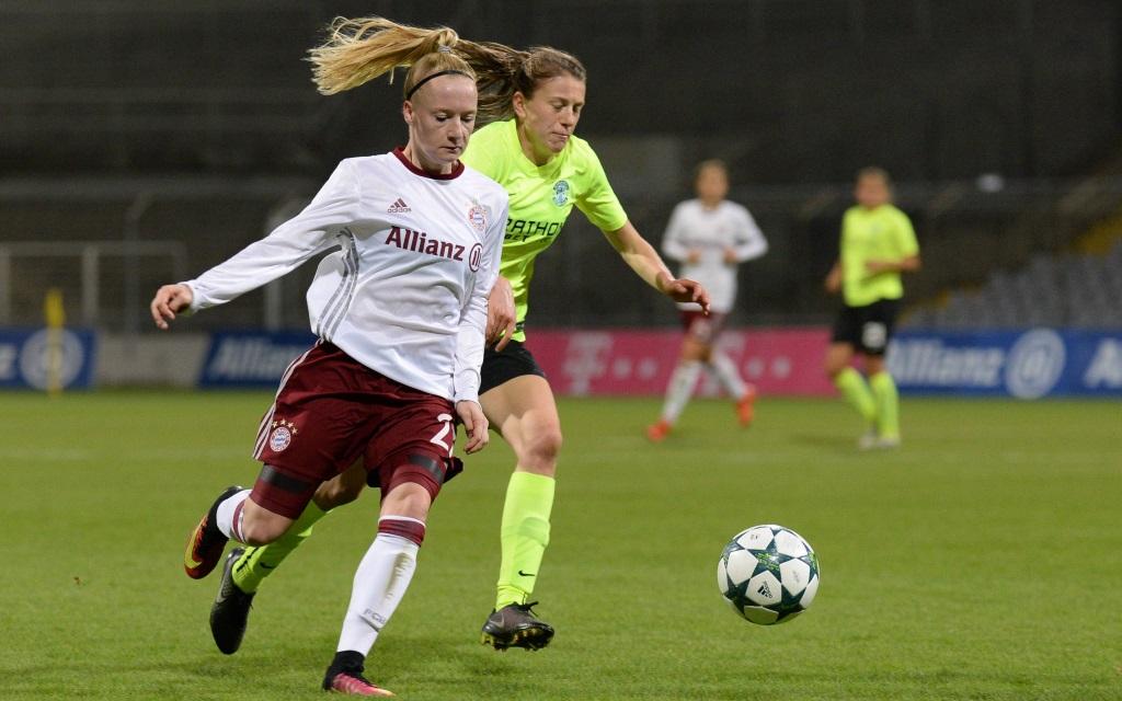Anna Gerhardt im Zweikampf mit Elizabeth Arnot im Champions League Spiel zwischen FC Bayern München und Hibernian Edinburgh in der Saison 2016/17