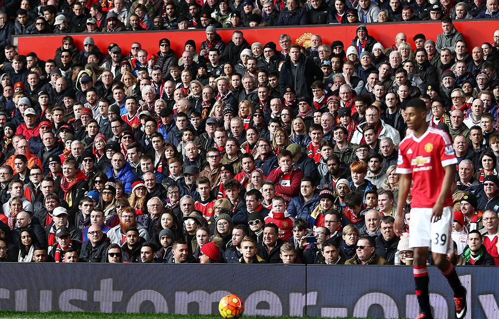 Manchester United Fans haben Marcus Rashford fest im Blick.